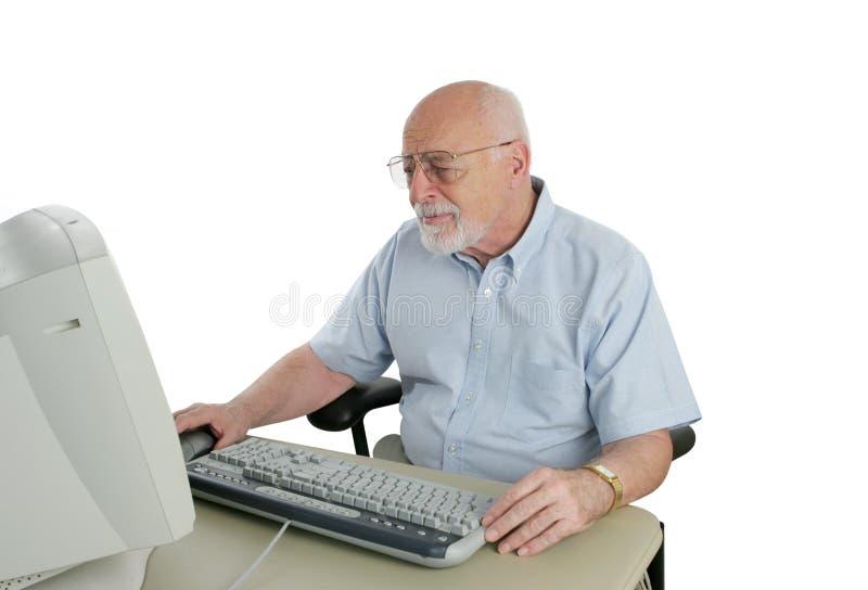 Hombre del senior confundido por Computer imagenes de archivo
