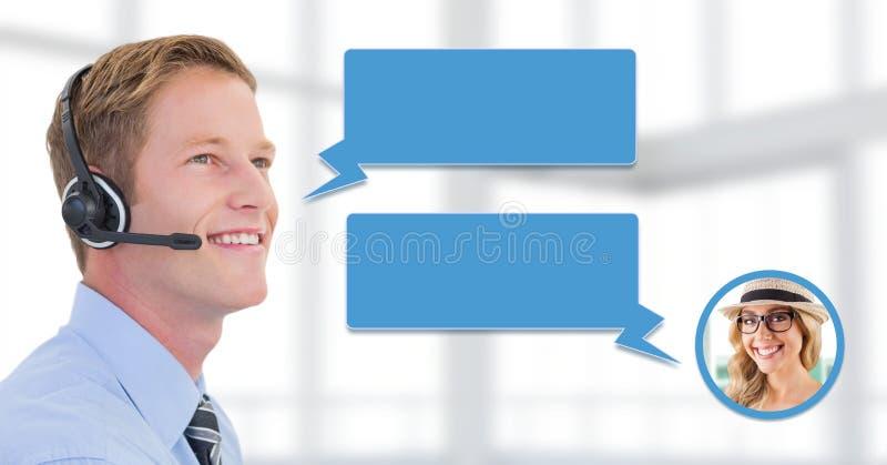 Hombre del servicio de atención al cliente con la burbuja de la charla y el perfil de la mujer fotos de archivo