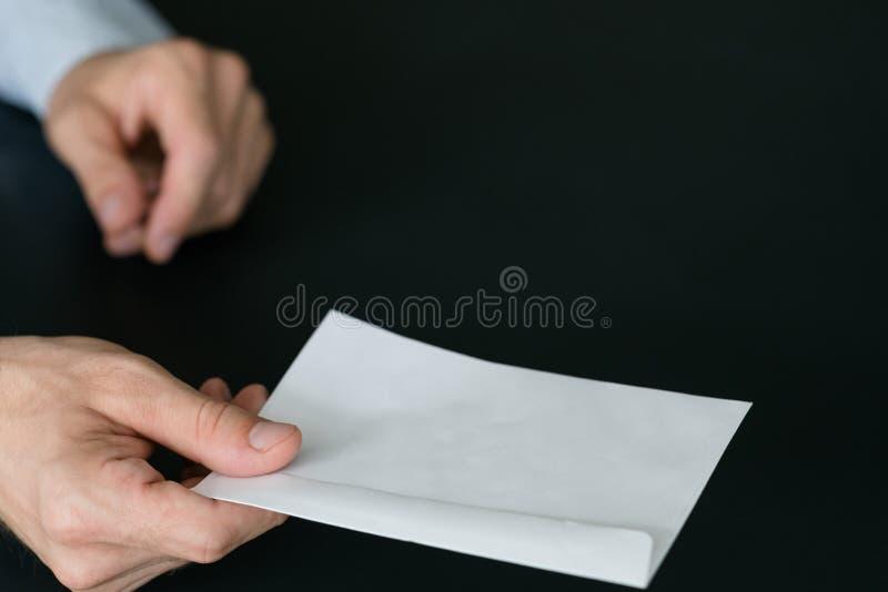 Hombre del servicio del reparto del correo que recibe el aviso escrito foto de archivo libre de regalías