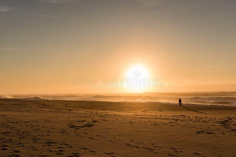 Hombre del sombrero de la playa de la puesta del sol foto de archivo