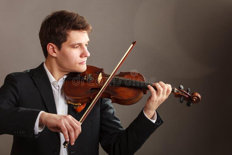 Hombre del hombre vestido elegante tocando el violín imágenes de archivo libres de regalías