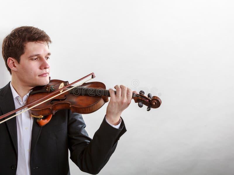 Hombre del hombre vestido elegante tocando el violín fotos de archivo