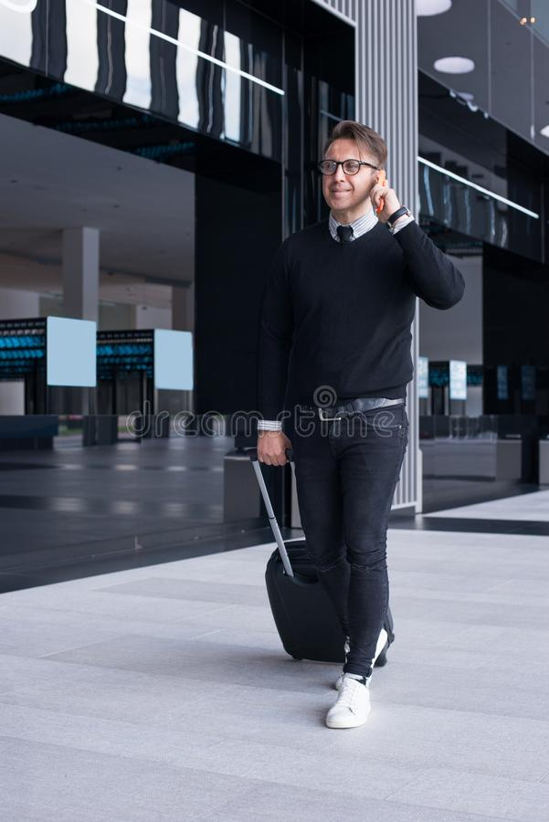 Hombre del viaje que camina y que habla en el teléfono fotos de archivo libres de regalías