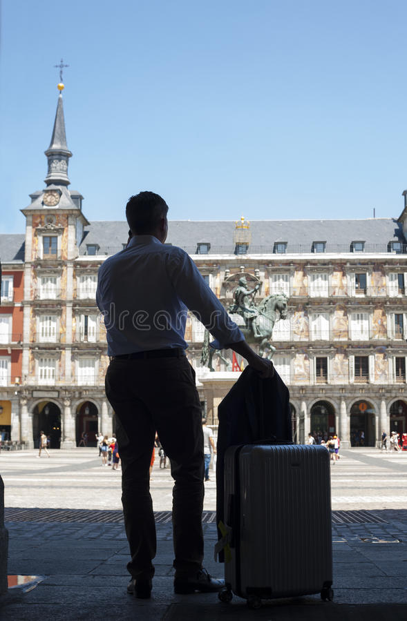 Hombre del viajero de negocios que llama en el cuadrado del alcalde de la plaza imagen de archivo