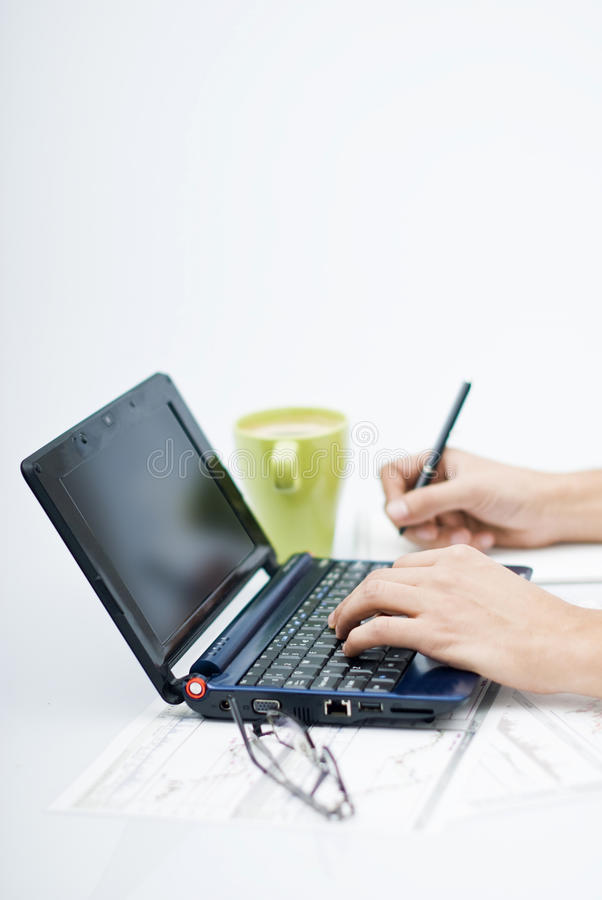 Hombre delante de la computadora portátil imagen de archivo libre de regalías