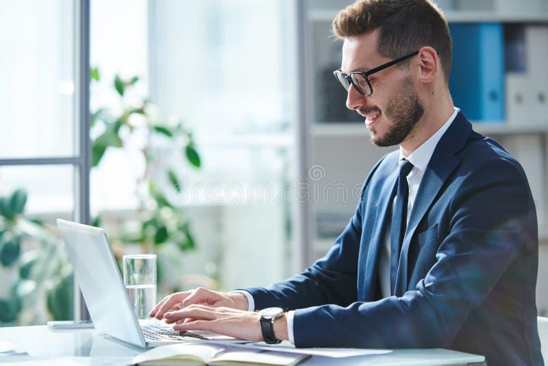 Hombre delante de la computadora portátil fotografía de archivo