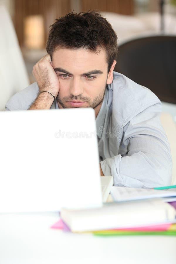 Hombre delante del ordenador fotografía de archivo libre de regalías