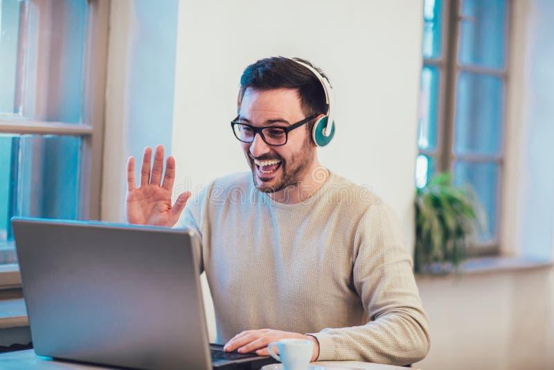 Hombre delante del ordenador portátil imágenes de archivo libres de regalías