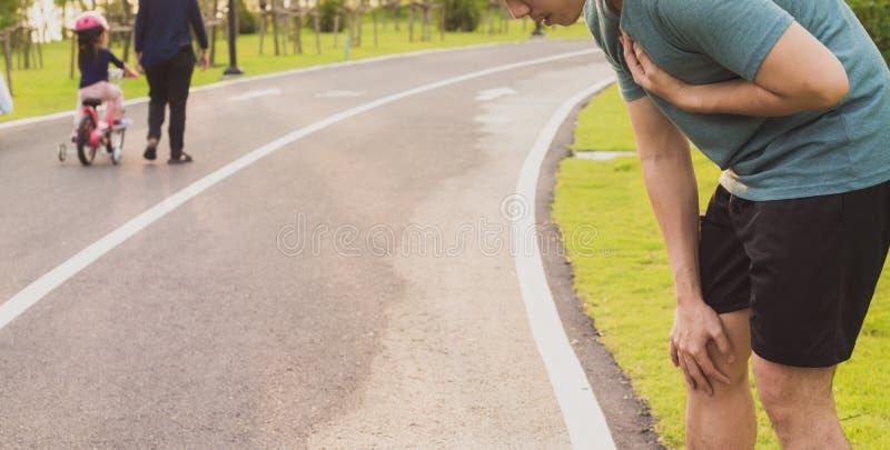 Hombre deportivo con ataque al corazón o dolor en el pecho después de hacer ejercicio en el parque Concepto de deporte y atención fotos de archivo