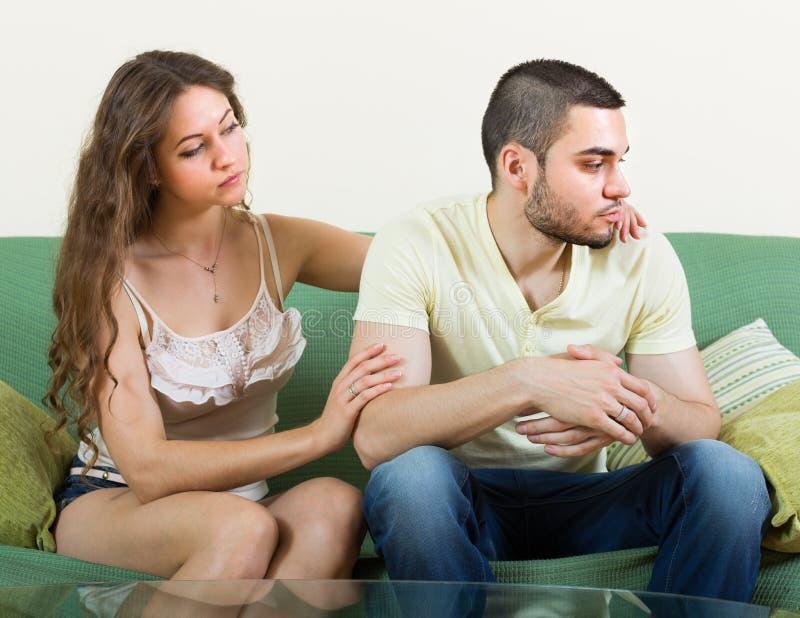 Download Hombre Deprimido Concoling De La Mujer Imagen de archivo - Imagen de lucha, frustración: 41921435