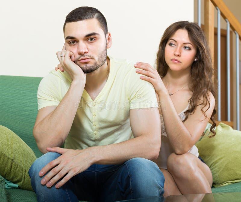 Download Hombre Deprimido Concoling De La Mujer Foto de archivo - Imagen de hembra, varón: 41921436