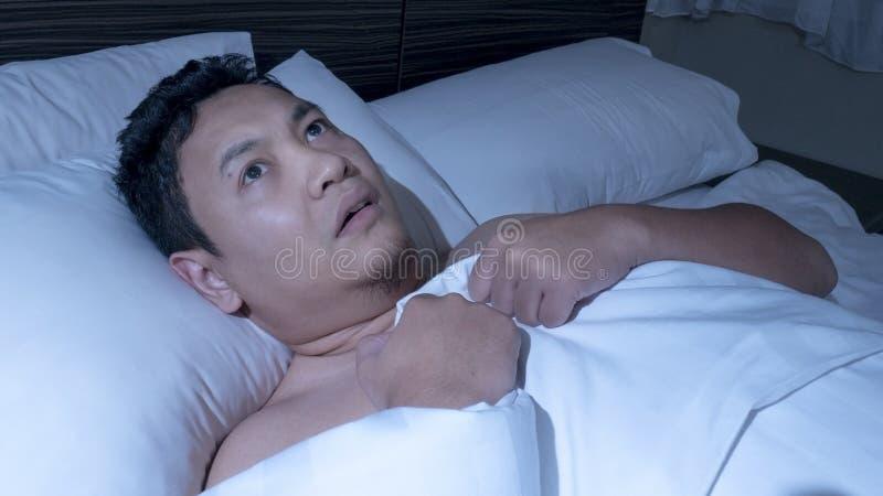 Hombre deprimido duro dormir fotos de archivo libres de regalías
