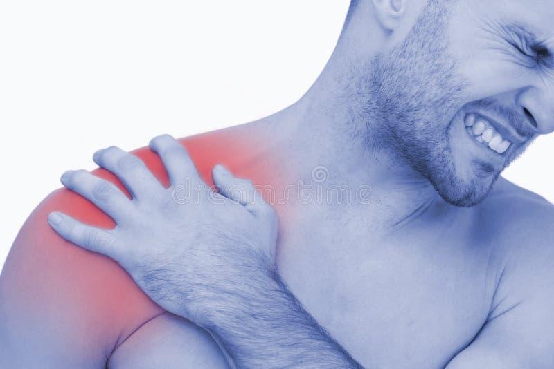 Hombre descamisado joven con dolor del hombro fotos de archivo