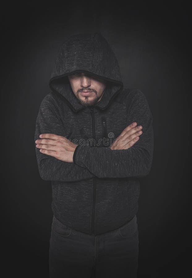 Hombre desconocido del misterio en capilla en oscuridad imagen de archivo libre de regalías