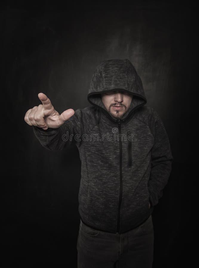 Hombre desconocido en capilla que señala por el finger en oscuridad Foco a mano foto de archivo libre de regalías