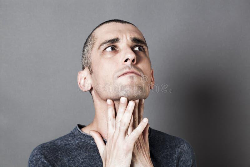 Hombre descontentado 30s que tiene pesares, expresando la reflexión y la preocupación foto de archivo libre de regalías