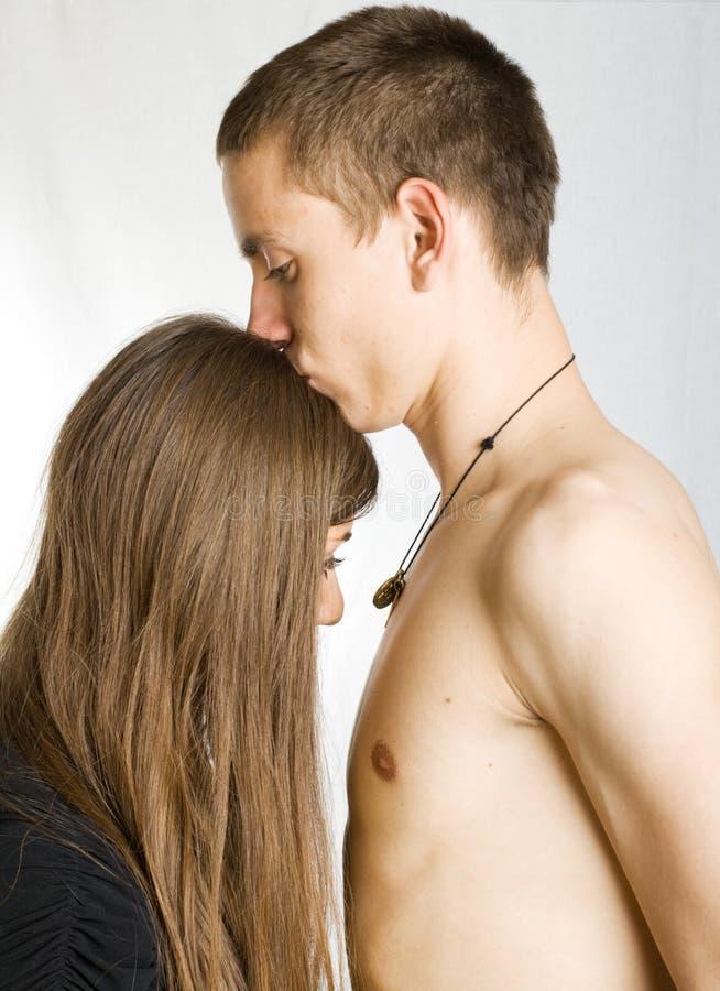Hombre descubierto que besa a la mujer imagen de archivo libre de regalías