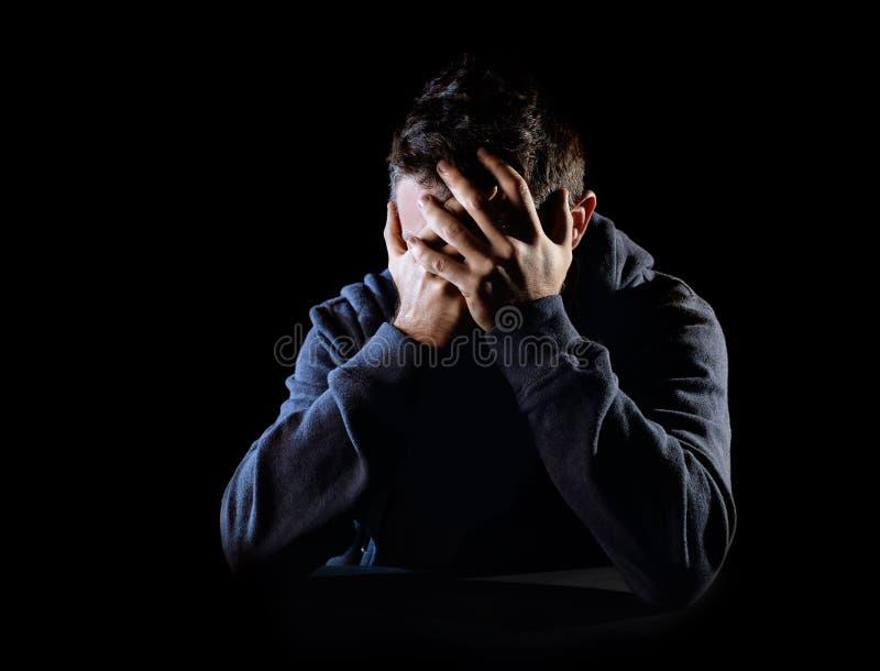Hombre desesperado que sufre dolor emocional, pena y la depresión profunda fotos de archivo