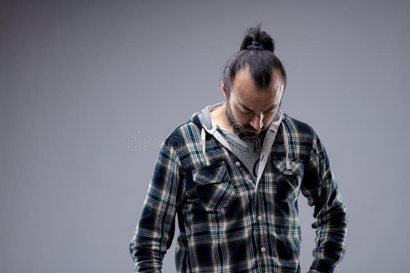 Hombre desmotivado deprimido que mira fijamente el piso foto de archivo libre de regalías