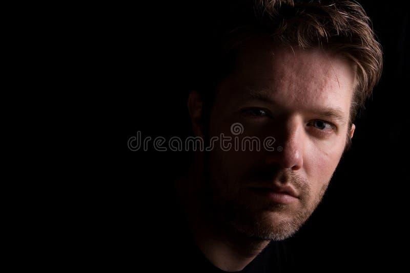 Hombre destacado contra fondo negro imagen de archivo libre de regalías