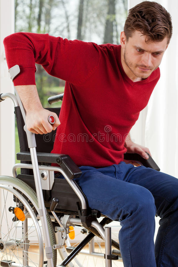 Hombre discapacitado con las muletas imagen de archivo libre de regalías