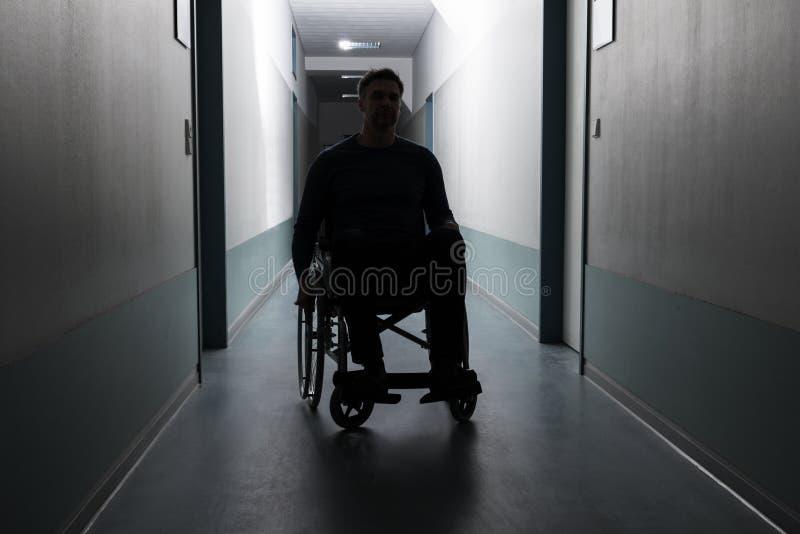 Hombre discapacitado en hospital imagen de archivo libre de regalías
