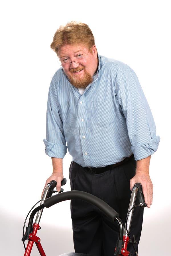 Hombre discapacitado feliz que usa al caminante fotos de archivo