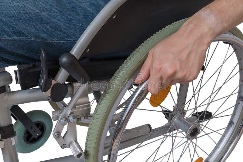 Hombre discapacitado perjudicado que se sienta en la silla de ruedas fotografía de archivo