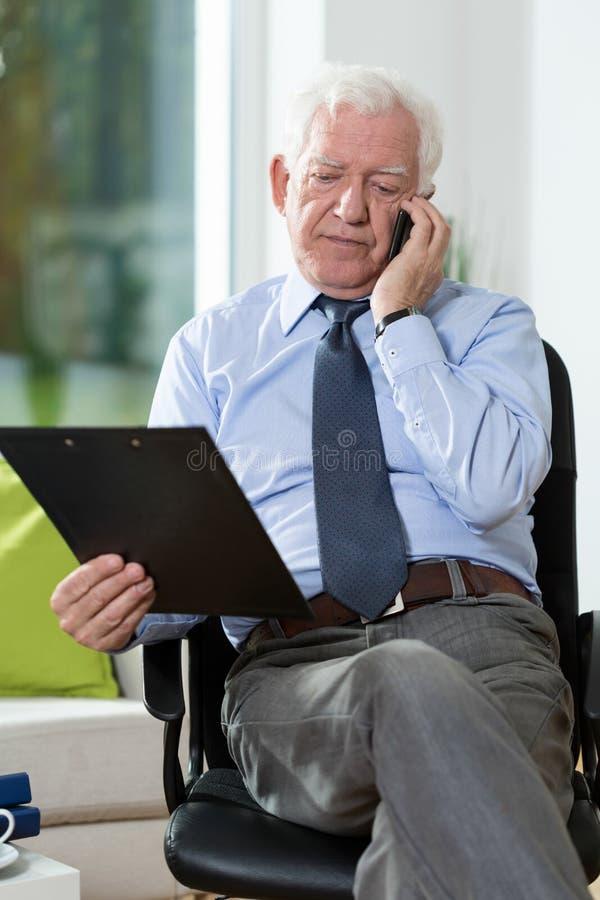 Hombre discapacitado que habla en el teléfono imagen de archivo
