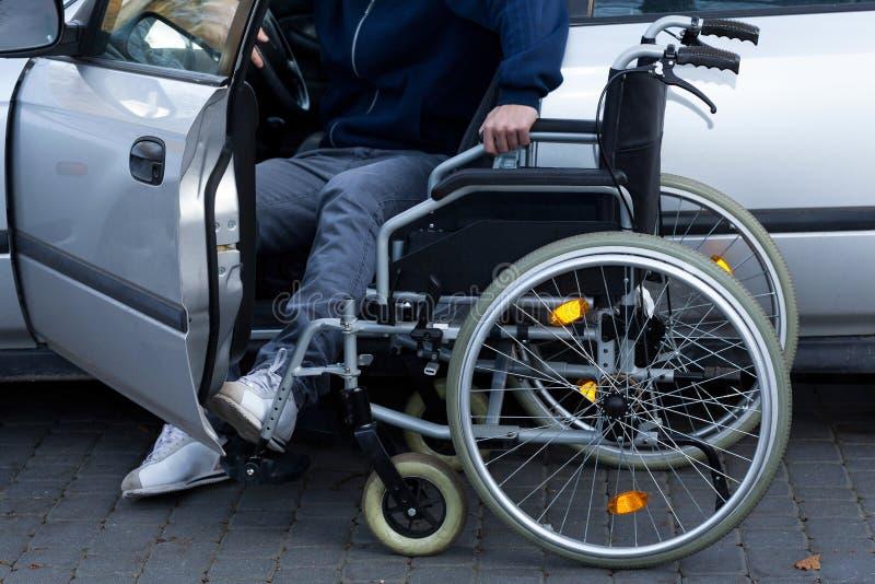 Hombre discapacitado que se prepara para conducir fotos de archivo libres de regalías