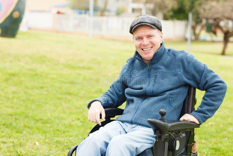 Hombre discapacitado sonriente imagen de archivo