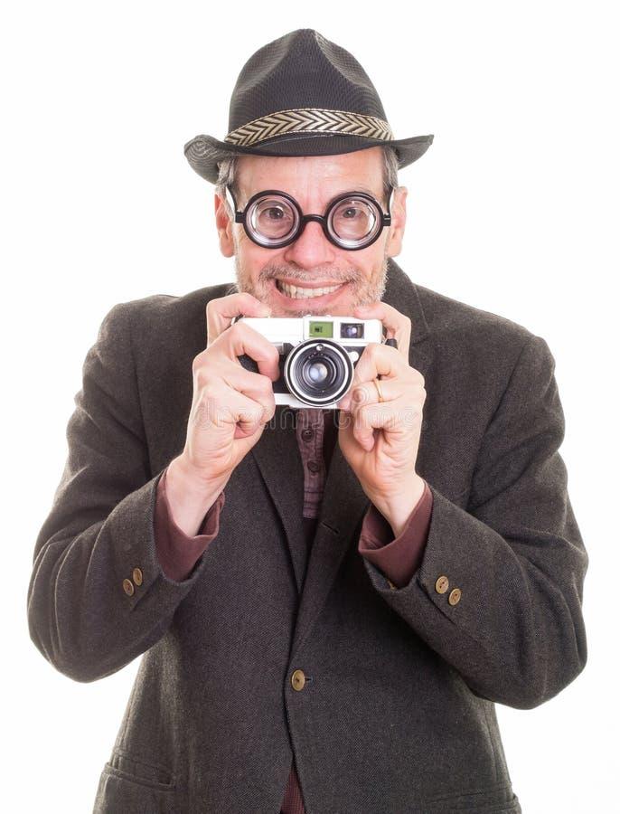 Hombre divertido con la cámara que toma una imagen fotografía de archivo libre de regalías