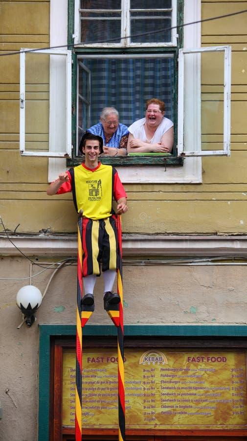 Hombre divertido en el zanco imagen de archivo