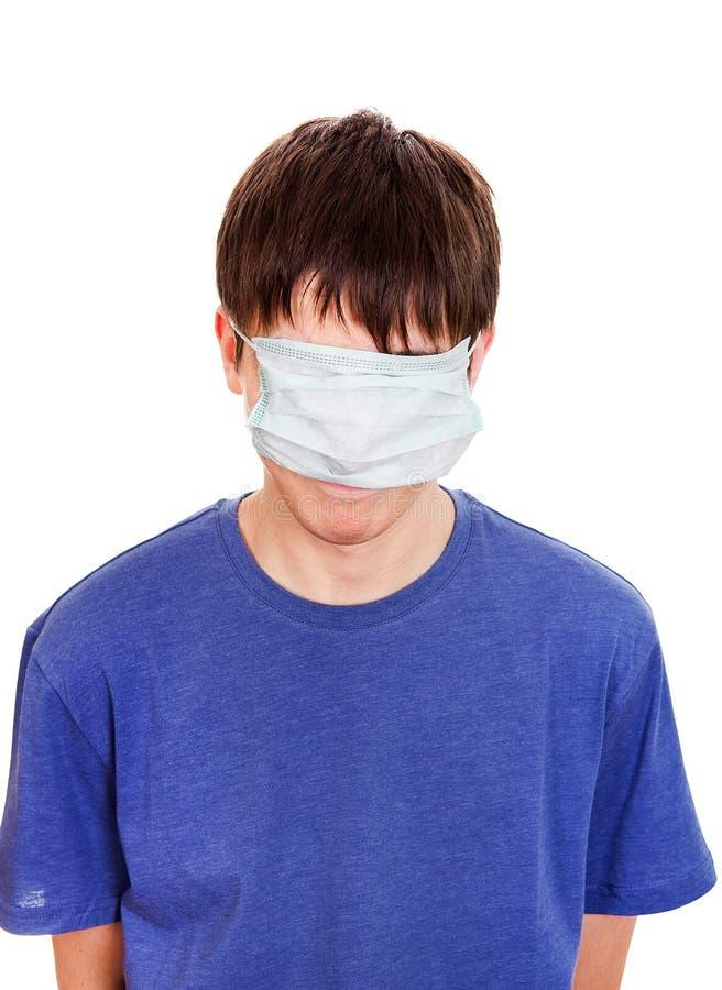 Hombre divertido en máscara de la gripe imagen de archivo