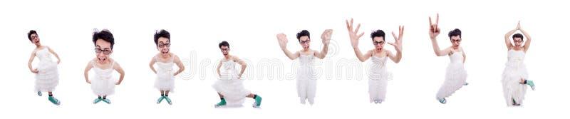 Hombre divertido que lleva en el vestido de la mujer aislado en blanco fotos de archivo