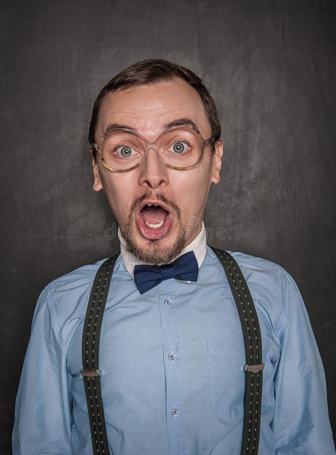 Hombre divertido sorprendido del profesor en la pizarra imágenes de archivo libres de regalías
