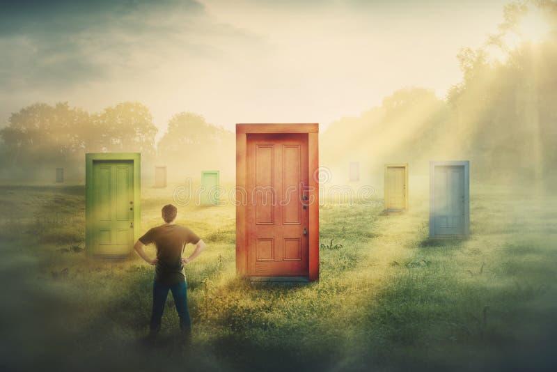 Hombre dudoso delante de muchas diversas puertas que eligen uno Decisión difícil, concepto de opción importante en la vida, fraca imagen de archivo libre de regalías
