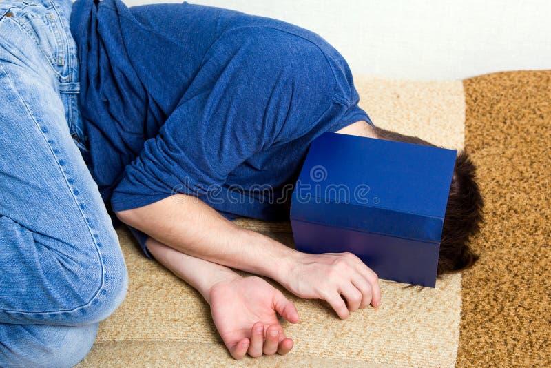 Hombre duerme con un libro imagenes de archivo