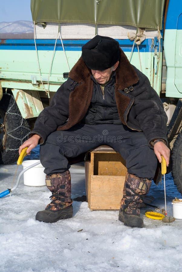 Hombre el el invierno que pesca 2 foto de archivo libre de regalías