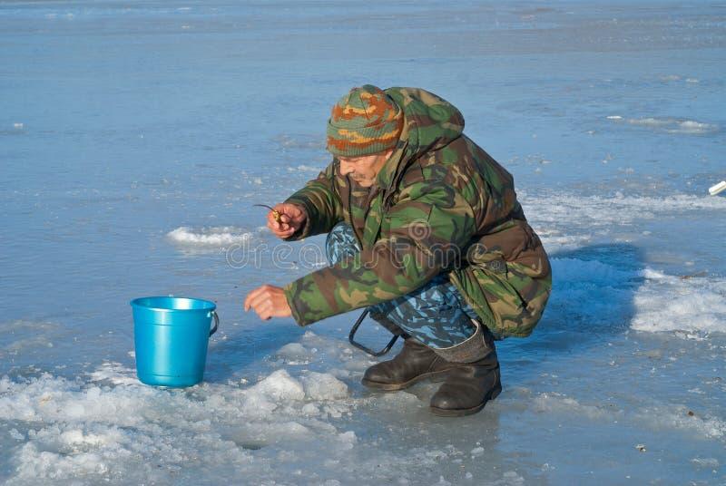 Hombre el invierno que pesca 39 imagen de archivo