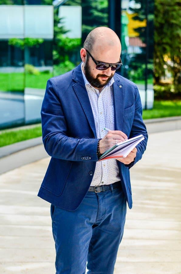 Hombre elegante al aire libre imagen de archivo libre de regalías