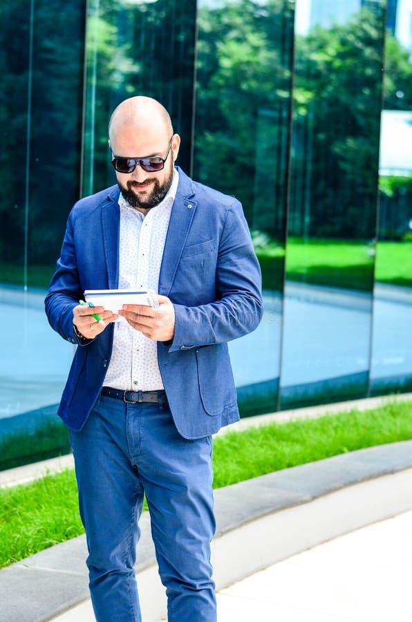 Hombre elegante al aire libre foto de archivo libre de regalías
