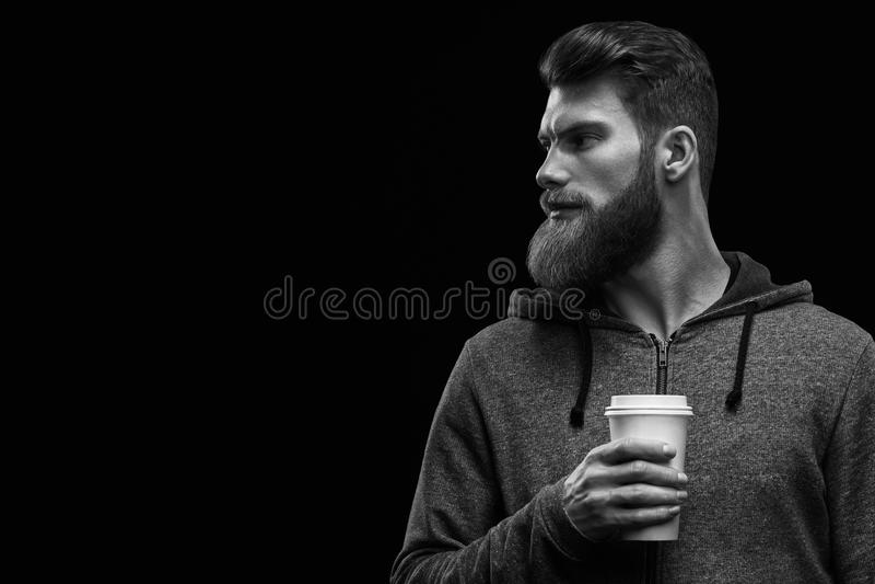 Hombre elegante barbudo con la taza de café imágenes de archivo libres de regalías