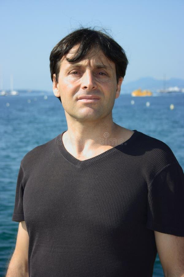 Hombre elegante cerca del mar foto de archivo