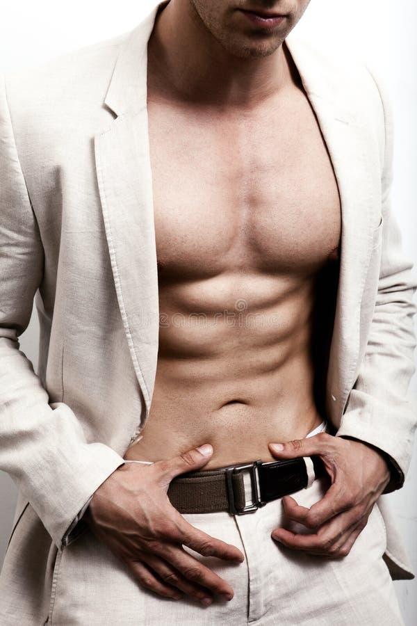 Hombre elegante con el ABS atractivo que plantea la moda fotos de archivo libres de regalías