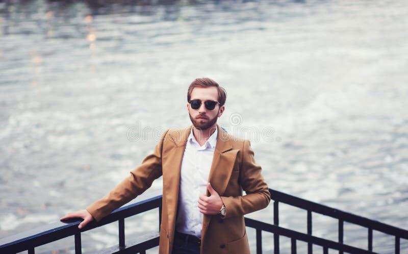 Hombre elegante con una barba en una capa imágenes de archivo libres de regalías