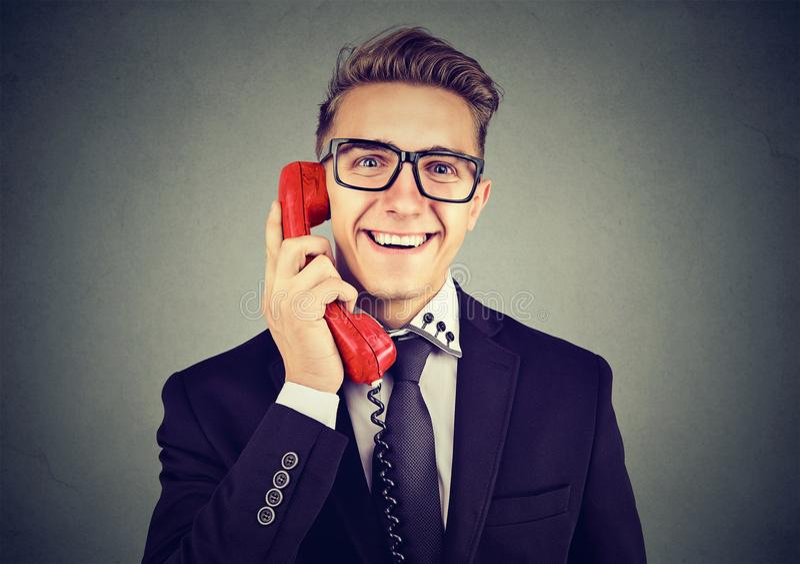 Hombre elegante contento que habla en el teléfono imagenes de archivo