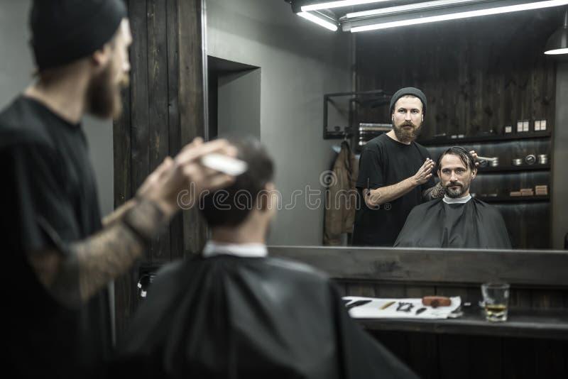 Hombre elegante en barbería fotos de archivo libres de regalías