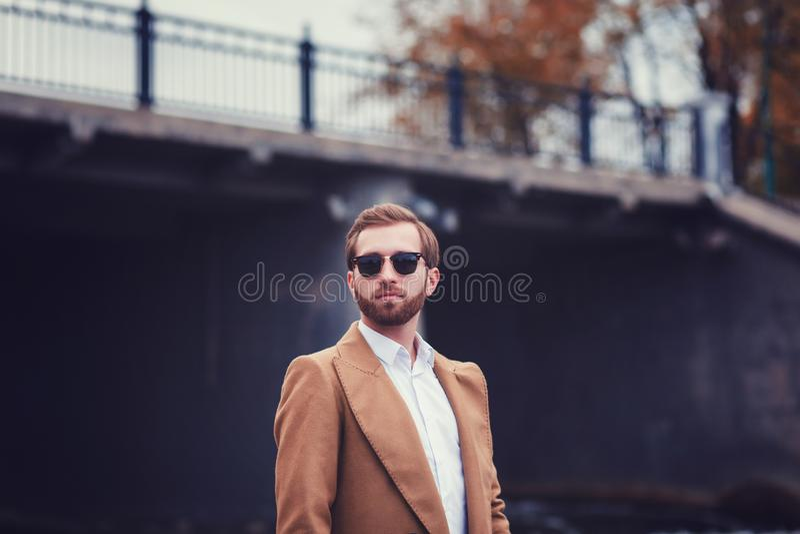 Hombre elegante en capa elegante foto de archivo