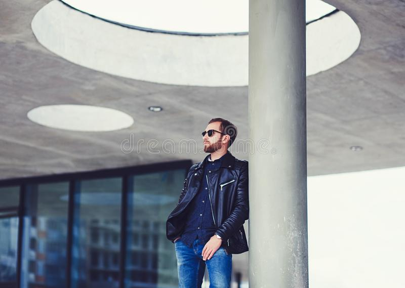 Hombre elegante en cuero negro imágenes de archivo libres de regalías